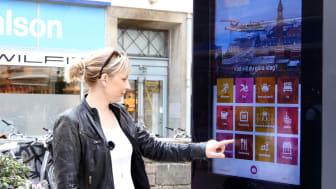 Emma Håkansson, turistchef i Helsingborgs stad, visar hur en infoskylt fungerar.