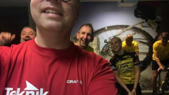 Erik Palmgren i Teknikprodukters röda tröja tillsammans med sina teamkamrater i bakgrunden.