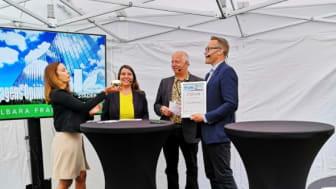 Ulf Thysell tar emot det Hållbara framtidspriset på Gröna Städers mingel i Almedalen.