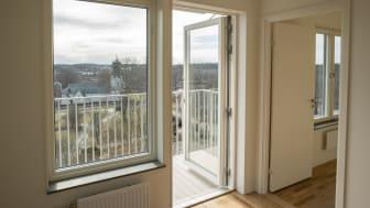 Nätta balkonger är ett av Stockholmshusens kännetecken. Här med utsikt mot Spånga kyrka.