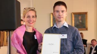 Sergey Redyuk tar emot diplomet från Camilla Mellander, chef för Enheten för främjande och hållbart företagande, på Utrikesdepartementet. Foto: Per E Karlsson, Regeringskansliet.
