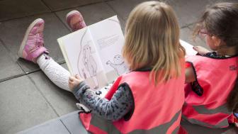 På Alfons Åbergs Kulturhus läser elever sagor på 8 olika språk under Världsboksdagen.