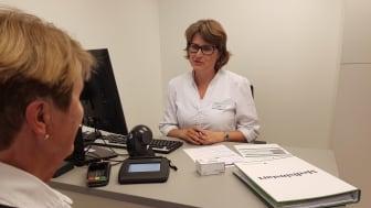 Lynda Ødegaard jobber som farmasøyt på Vitusapotek Eidskog. Gjennom en Medisinstartsamtale kom det frem at pasienten ikke hadde tatt blodfortynnende medisin (personen på bilde er ikke samme pasient)