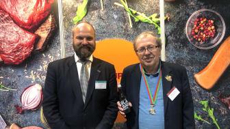 Pelle Agorelius från Grythyttan tillsammans med Edouard Cointreau, Gourmand Awards. Foto: Anders Oskal, World Reindeer Herders.