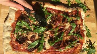 mnd-grillad-pizza-halften-vegan-halften-skinka