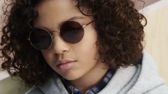 Solbriller er meget mere end en smart accessory. Brug af solbriller handler allermest om at beskytte øjnene mod solens skadelige stråler. Det er særlig vigtigt at beskytte børns øjne, da de er mere modtagelige overfor solens skadelige stråler.