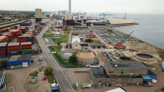 Så här såg det ut på Öresundsverket i augusti. I bakgrunden syns Västhamnsverkets skorsten. Det är här monteringen av ventilationskanalen ska ske med hjälp av helikopter.