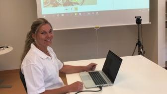 Anneli Skoglund, fysioterapeut på barn- och ungdomshabiliteringen i Ängelholm, följer upp hur det går med patienternas utprovade cyklar via video.