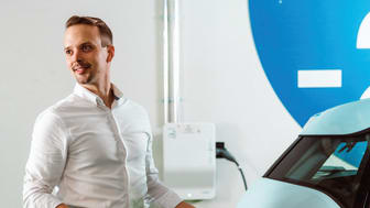 Schneider Electricin Business Development Manager Tuomas Mattila lataa sähköautoa Itiksen parkkihallissa.