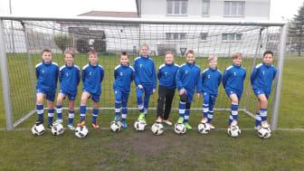 Dank der Sparkassenstiftung: Die D-Jugend des FC Weißensee e. V. kickt nun mit neuen Bällen.