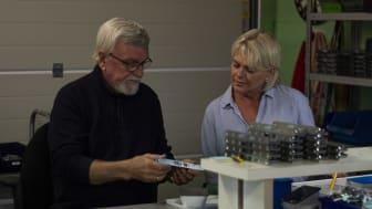 Odd och Carin Nyrud tillverkar låskistor i garaget.
