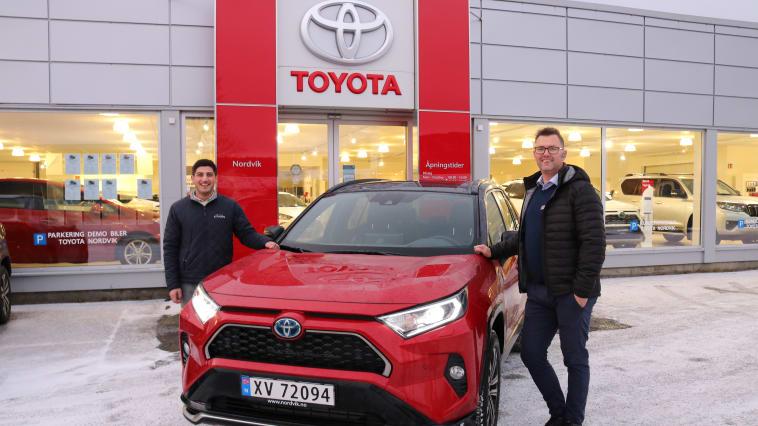 Toyota på topp: Bilselger Barez Piri (t.v) og Salgssjef Tor Anders Johansen (t.h) fra Nordvik. Foto: Nordvik AS.