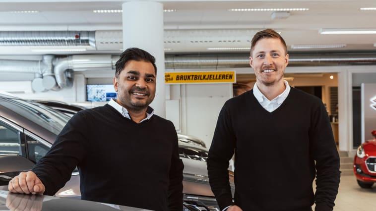 Ny bilforhandler: Daglig leder Daniel Rise (t.v) og Bilselger Magnus Svendsen (t.h) fra Nordvik CAR AS. Foto: Nordvik Gruppen AS / Drone Nord AS.