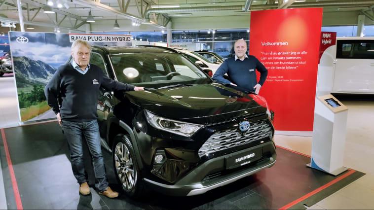 Vi er svært godt fornøyd med salget av biler i 2020, sier Leif Forsland og Sverre Saue hos Nordvik Toyota Harstad. Foto: Nordvik AS.