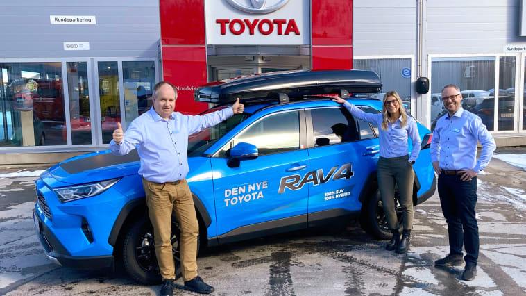 Toyota på topp: Daglig leder Oddgeir Nergaard (t.v), Bilselger Nina Richardsen Schjelderup (i midten) og Salgssjef Hans Petter Heim (t.h).