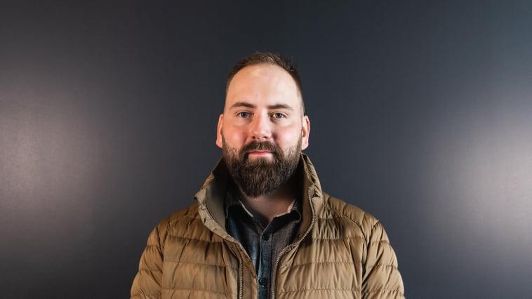 Bjerka: Patrick Pettersen blir daglig leder for bilskadeverkstedet Nordvik på Bjerka. Foto: Drone Nord AS. Høyoppløselig bilde i bunnen av artikkelen.