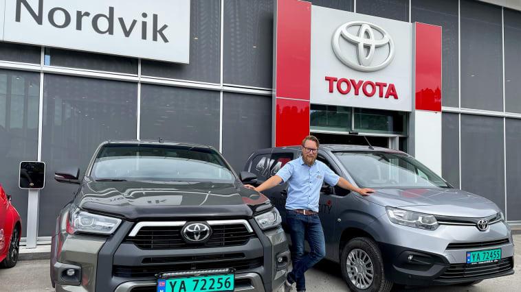 På varebiltoppen: Thomas Elmon Johannesen fra Toyota forhandleren Nordvik i Mo i Rana. Foto: Nordvik AS. Høyoppløselig bilde i bunnen av artikkelen.