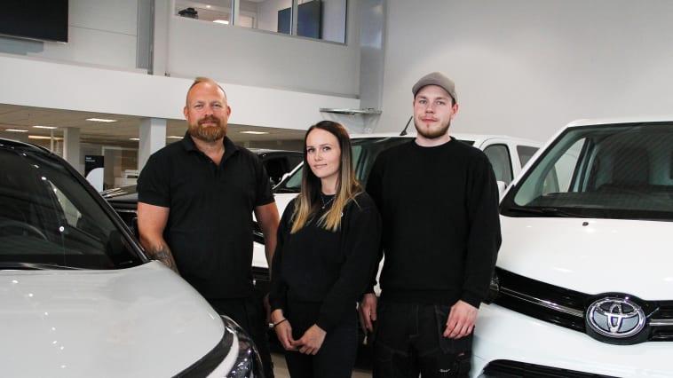 Bodø: Thomas Hoseth, Ingvild Rasmussen og Thomas Wiik fra Toyota forhandleren Nordvik. Foto: Nordvik.