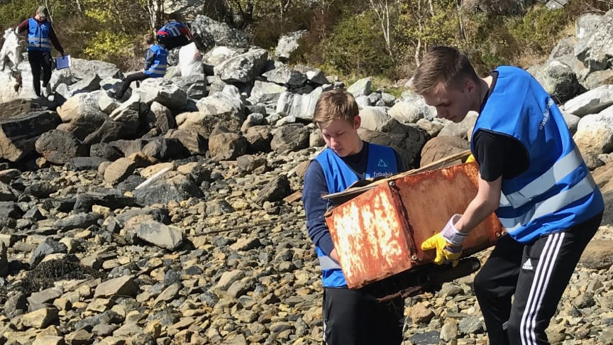Elever fra Herøy videregående skole ryddet søppel i 2017. Fotograf: Odd Kristian Dahle