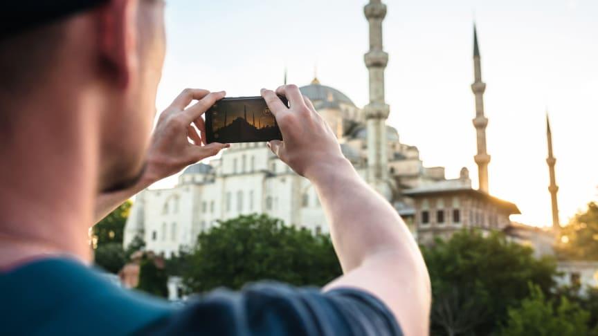 Ferietips på mobilen: Undgå USB-ladere og trådløse netværk i udlandet