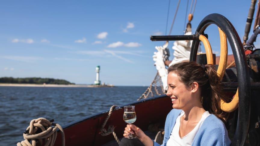 Auf einem Traditionssegler kann das bunte Treiben zur Segelparade, bei einem Schnuppertörn und beim Segelkino hautnah miterlebt werden.