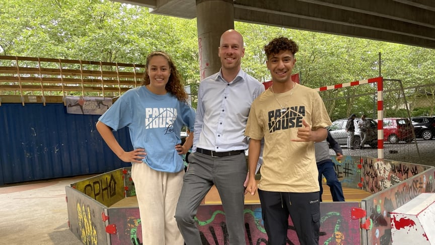 Bygmas Marketingdirektør Lasse Weien Svendsen er her flankeret af Sarah Khi, som er en af de bærende kræfter i pigefællesskaberne og Ali Jessem, den forhenværende verdensmester i panna.