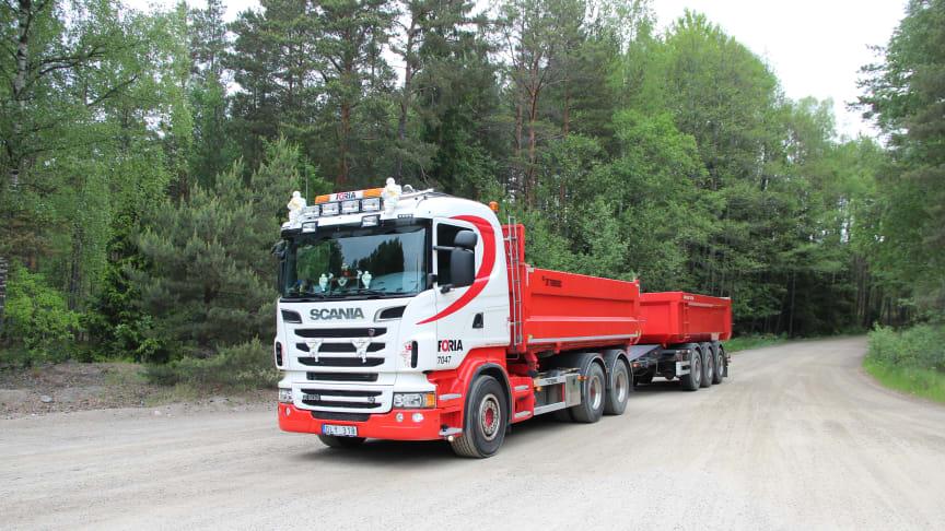 Bild visar en av Forias lastbilar på en grusväg i skogen.