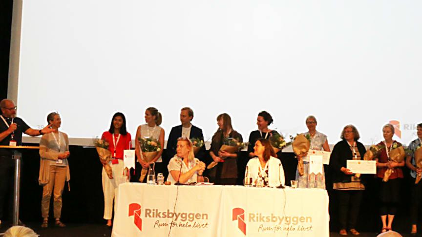 Samtliga stipendiater  i Den Goda Staden samlade på scenen under Riksbyggens fullmäktigemöte.
