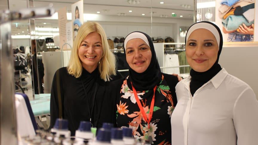 Heléne Blennermark Zendegani, Najah Khodr och Dina Chebbo i H&Ms syateljé i Nordstan.