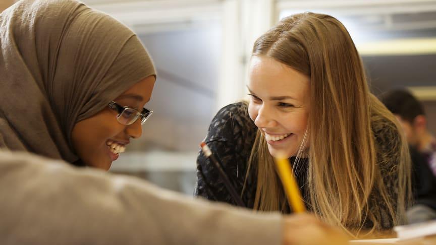 SKB fortsätter samarbetat med Läxhjälpen för att ge högstadieelever på Husbygårdsskolan stöd i att nå gymnasiebehörighet. Foto: Läxhjälpen/Carl Hjelte