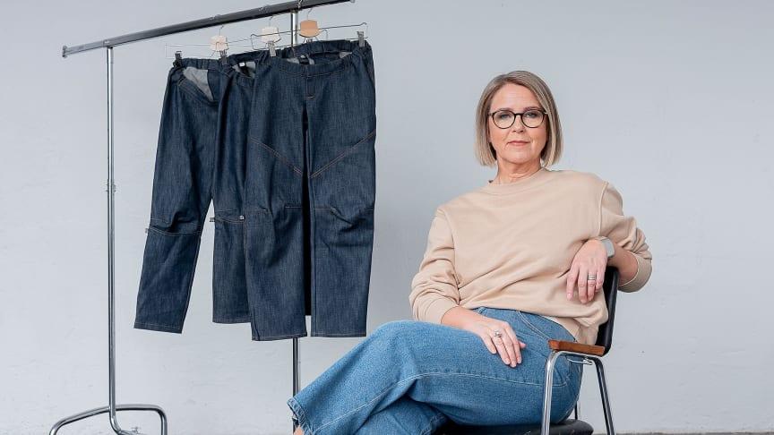 Karin Björk, som arbetar med textil för rullstolsburna, hittade en lucka på marknaden eftersom de flesta kläder är designade för att passa när man står. Foto: Andreas Nilsson