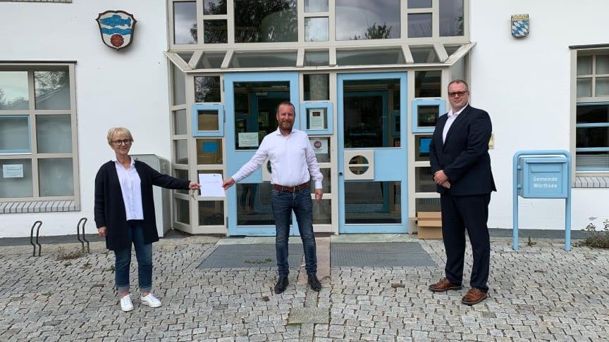 Übergabe des unterzeichneten Vertrags für Glasfaseranschlüsse für die Gemeinde Wörthsee. v.l. Bürgermeisterin Christel Muggenthal, Thomas Straßer (Projektleiter Deutsche Glasfaser) und Frank Niemeier (Leiter Kommunalvertrieb Deutsche Glasfaser).