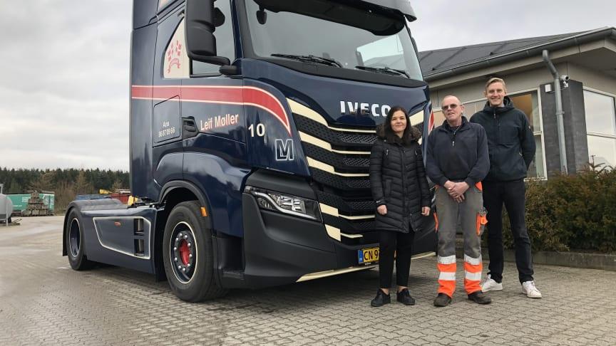 L.M. Transport i Ans har fået leveret Danmarks første IVECO S-Way. Fra venstre ses Maria Møller, indehaver af L.M. Transport, Jens Christian, chauffør hos L.M. Transport, samt Jonas Kirkegaard, transportkonsulent (tunge lastbiler) hos Bache A/S
