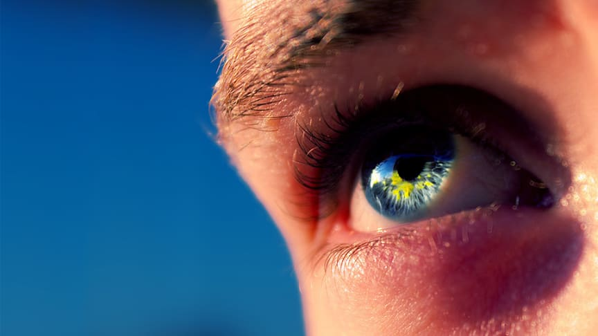 Solens strålar skadar ögonen. Med smarta fotokromatiska linser får du bra skydd.