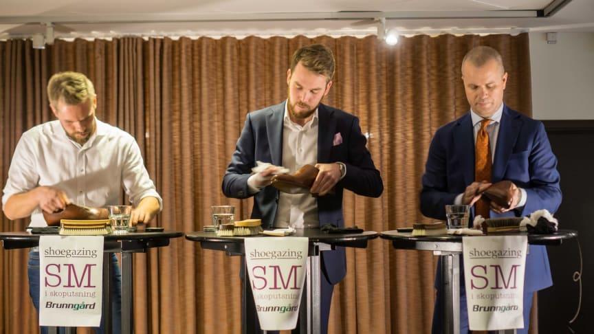 Michael Håkansson (längst till höger) är svensk mästare i skoputsning 2018. SM i skoputsning arrangeras varje år av Brunngård och Shoegazing.