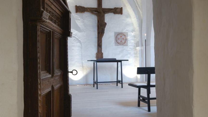 Der er ikke længere et fast alter i Sdr. Asmindrup Kirke, det enkle alterbord er fleksibelt og kan stå hvor som helst i kirken.