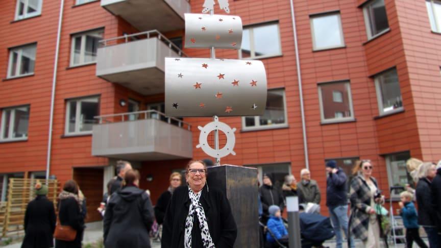 """Konstnären Bie Norling har skapat verket """"Kaptenen"""" med bostadsrättsföreningens arkitektur och havet intill som inspiration."""