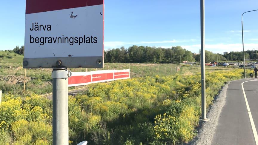 Nätverket Låt parken leva föreslår en trädplanterad begravningsplats på de övergivna åkrarna vid Hästa gård. En busshållplats finns redan. (Textmontage)