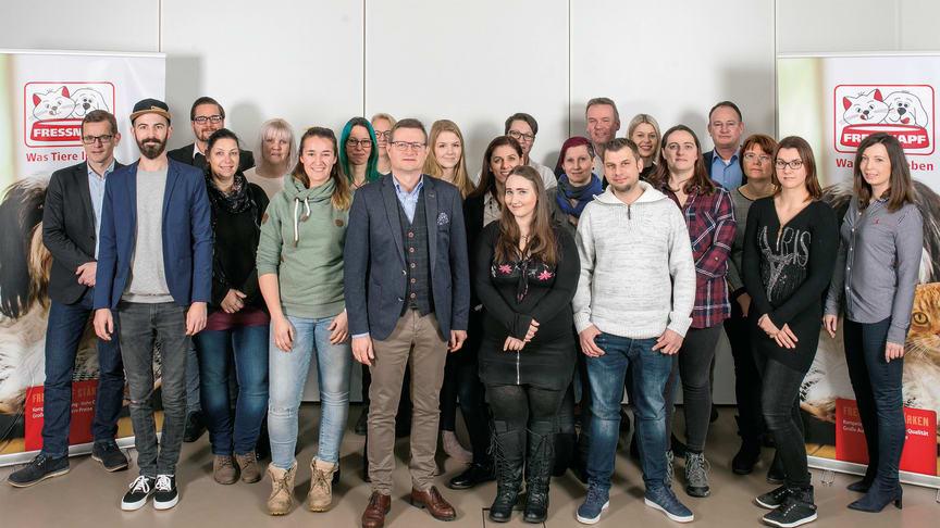 Hermann Aigner (Bildmitte) gratulierte 15 Mitarbeitenden, aus ganz Österreich, über eine erfolgreiche Zertifizierung zum Fressnapf Katzenexperten