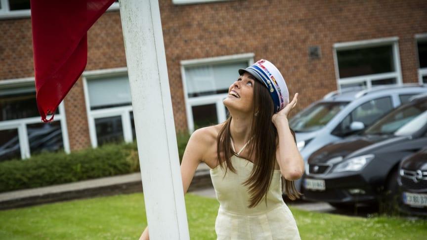 Marlene Skjerning Johansen hejser flaget foran Tradium HHX // foto: Ulrik Burhøj Jepsen