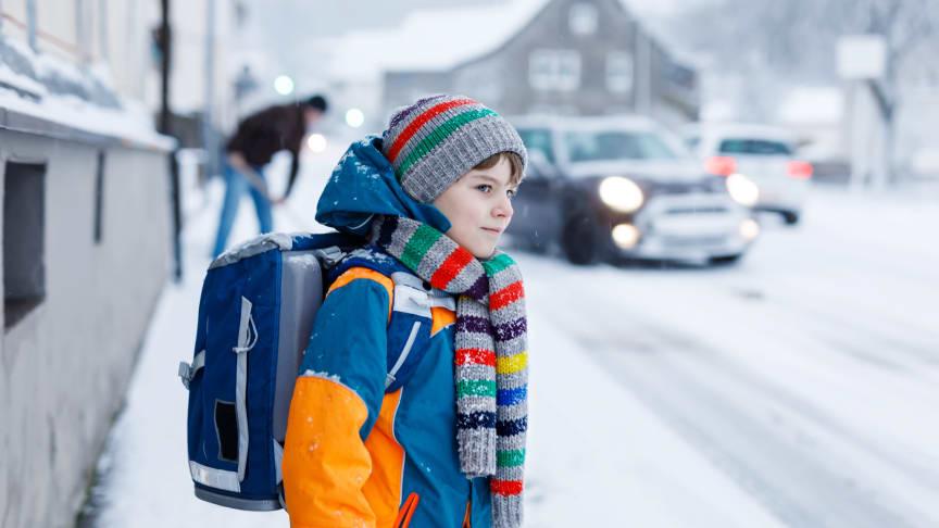 Im Winter ist besondere Vorsicht im Straßenverkehr geboten. Dunkelheit und Regen behindern die Sicht.