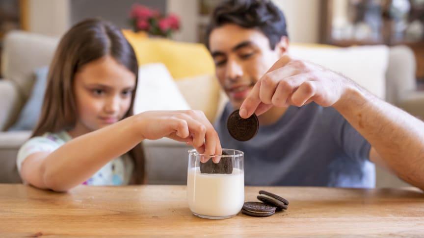 Csavard, Nyald, Mártsd!  A legtöbb, egyszerre kekszet mártogató ember GUINNESS világrekordját állította fel a Mondelēz International