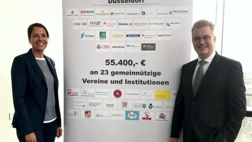 Janina Neußer, Unternehmenskommunikation der apoBank, und Jörg Peter Cauko, Berater Standesorganisationen, bei der Spendenübergabe der Bankenvereinigung Düsseldorf. (Foto: apoBank)