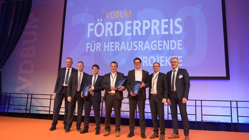 Andreas Amorth (Mitte) nahm gestern den Preis für ZÜBLIN Timber entgegen (Bildnachweis: VDBUM/Spoo).