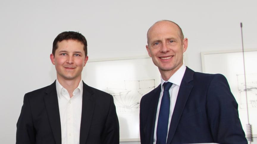 "Präsentieren den ""Smart Grid Hub Compact"": Bayernwerk-Technikvorstand Dr. Egon Westphal (r.) und Elektroingenieur Sebastian Schmidt."