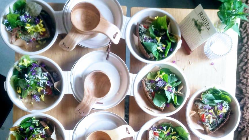 Blanda ned späda bokblad, nässlor och granskott i ostpajen för att få spännande smak. Foto: Angelina Hjelm