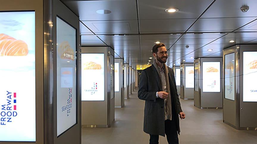 Under laksekampamjen fikk 18 millioner japanere se reklamefilm for norsk laks på metro- og togstasjoner - hver dag. Her sjekker Sjømatrådets fiskeriutsending, Gunvar L. Wie, at filmene ruller og går som de skal. FOTO: Norges sjømatråd
