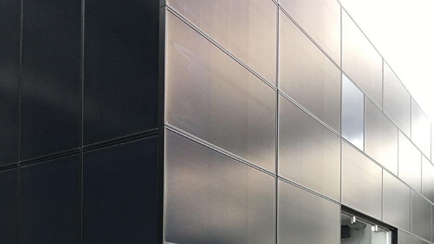 Nice solpaneler för vertikalt montage finns i traditionell svart och en mängd andra färger.