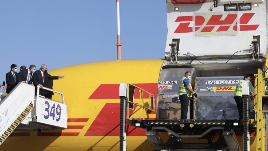 DHL Express-flyet landet på Ben Gurion Airport sist ondag og Israels statsminister kunne ta imot det første vaksinepartiet.