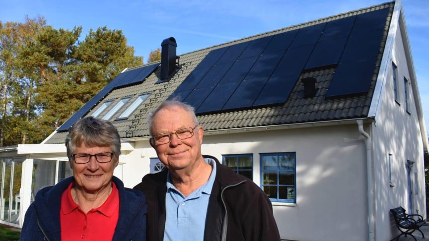 Lars och Birgitta Helgstrand berättar om att skaffa solceller till sitt hus i Nybostrand.